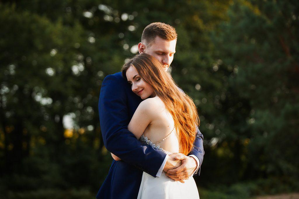 Ślubna sesja zdjęciowa pary w augustowskim jeziorze. Sesja nad jeziorem Sajno